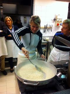 Girare il risotto in padella formando un 8