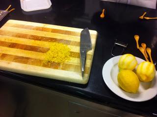 Tritare la scorza di limone al coltello per preservarne gli oli essenziali