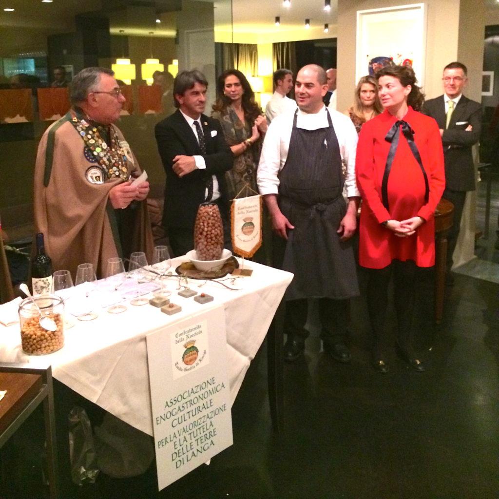 Luigi Paleari, Gran Maestro della Confraternita della Nocciola, con Eva Codina e Damiano Nigro