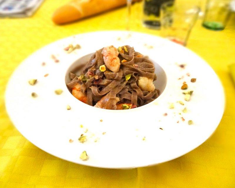 Tagliatelle di riso Venere con gamberi e pistacchi