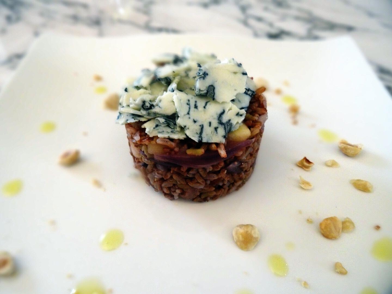 Riso rosso Ermes con cipolla rossa, mela, nocciole e sfoglie di gorgonzola