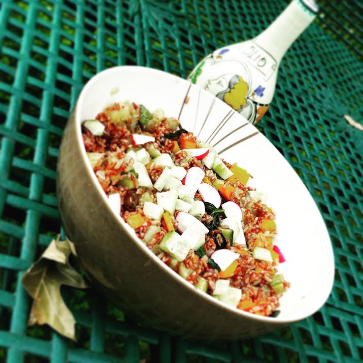 Riso rosso Ermes con verdure fresche, olive e ricotta salata