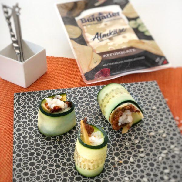 Sushi di cetriolo con tapenade di pomodori secchi e formaggio Bergader Almkäse affumicato
