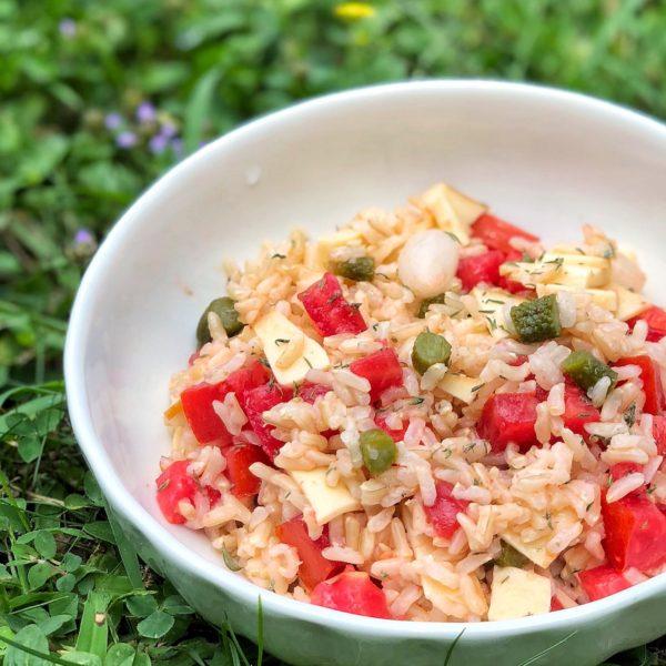 Insalata di riso integrale Ribe con pomodori, formaggio e sottaceti