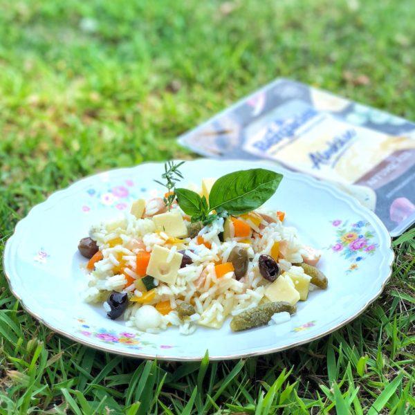 Insalata di riso con verdure, formaggio e wurstel