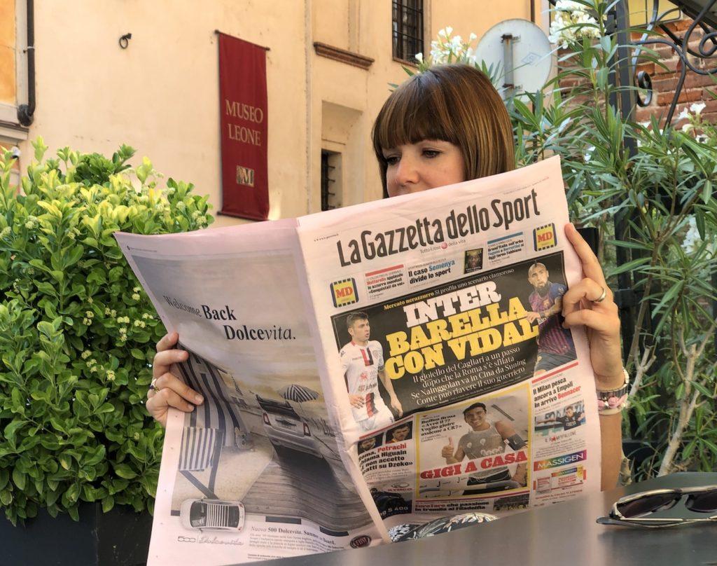 Cosa ci fa la Masotti con laLa Gazzetta dello Sport? Legge un articolo sul riso!Quello cheFrancesco Velluzziha scritto con grande energia, serietà e passione, catturato anche lui dal riso italiano e dai suoi 150 tipi di diverse forme e colori.