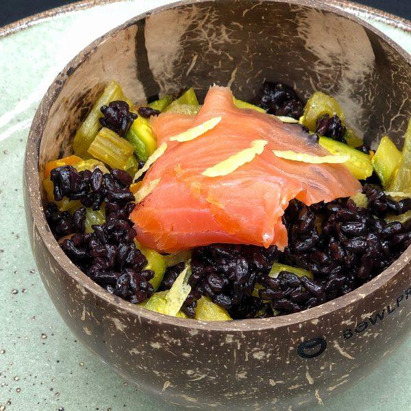 Riso nero con salmone e zucchine al limone