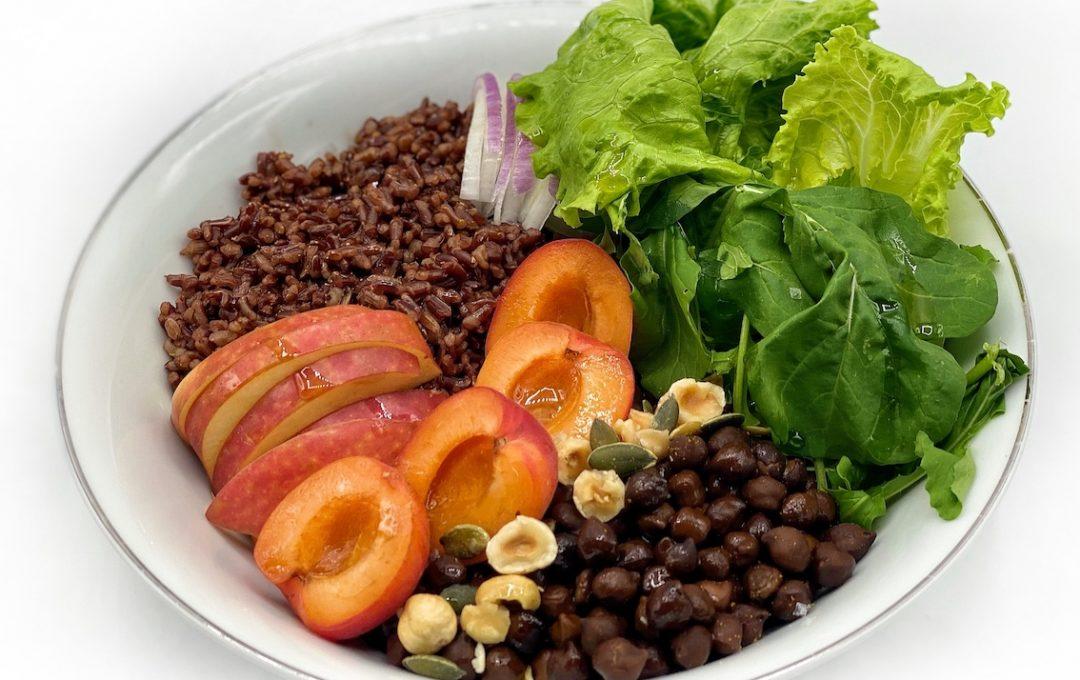 poke bowl vegetariana con riso rosso