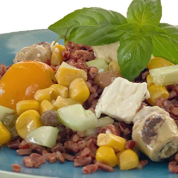 Insalata di riso rosso con feta e pomodori gialli